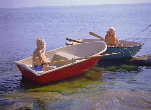 Min bror Lars og jeg i robåt 1967-68.